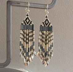 Boucles d'oreille peyote à franges tissage perles de rocailles noir, gris et argenté