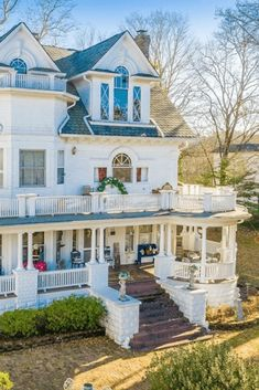 1905 Colonial Revival zum Verkauf in Harriman Tennessee - faszinierende Häuser Tennessee, Style At Home, Plan Studio, Design Apartment, Dream House Exterior, Victorian Homes Exterior, Victorian Farmhouse, Victorian Houses, Built In Seating