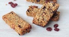 Barres de céréales Chia Cranberries   Recette facile - Myprotein Krispie Treats, Rice Krispies, Granola Barre, Chia, Food And Drink, Vegan, Breakfast, Map, Healthy Recipes