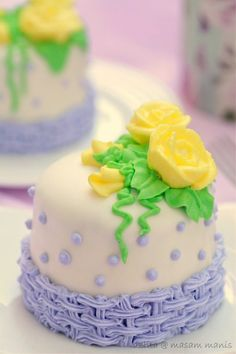 Masam Manis - Tutorial for steam buttercream.  Use Google Translator.  Poured buttercream to create fondant look.  Some sites say do crumb coat and put in refrigerator.  Once cake is cold, pour warm buttercream over cake on cooling rack.