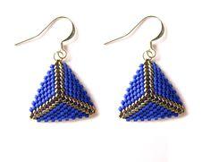 https://www.alittlemarket.com/boucles-d-oreille/fr_boucles_d_oreilles_triangles_en_perles_miyuki_bleu_cobalt_et_argent_-19679689.html