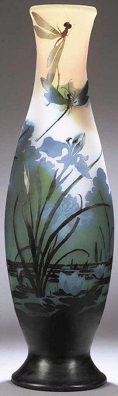 Emile GALLE (1846-1904), vase balustre en verre à décor gravé à l'acide de libellules sur un étang avec fleurs iris et nénuphars. Hauteur : 80 cm.