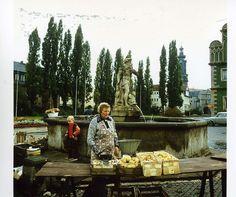 Foto vom Sommer 1983. In Weimar steht eine Frau zum Markttag am historischen Brunnen und bietet ihre Äpfel feil | Foto: Uwe Gerig
