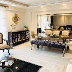 Art deco breezes are evident in the eye-catching decoration of this house. Mirrored Furniture, Home Decor Furniture, Furniture Design, Decoration Gris, Art Deco, Beauty Room, Home Crafts, Home Accessories, Living Room Decor