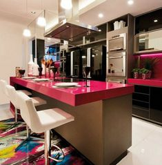 Cozinhas com ilha consiste em uma bancada no meio da cozinha, formando uma ilha literalmente, rs… nessa bancada fica o coocktop e o restante da bancada para auxiliar no preparo dos alimentos.…