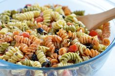 I love a good pasta salad. A fresh and flavorful pasta salad at that, but without mayo. I know, I'm weird, but mayo just ain't my thang. I need more flavor, I think that's Tri Color Pasta Salad, Best Pasta Salad, Pasta Salad Italian, Pasta Salad Recipes, Colored Pasta, Pasta Salat, Yummy Food, Tasty, Tapenade