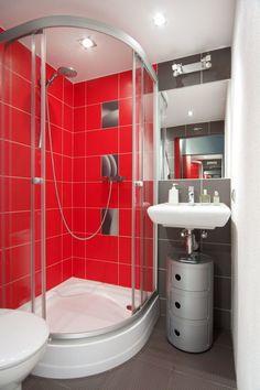 Czerwone kafelki w łazience, łazienka, nowoczesna łazienka. Zobacz więcej na: https://www.homify.pl/katalogi-inspiracji/25471/kolorowe-kafelki-w-lazience-7-inspirujacych-aranzacji