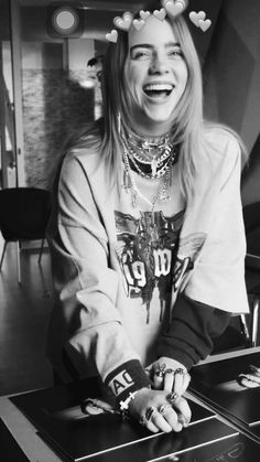 billie eilish wallpaper LINDA D + ! Billie Eilish, Beautiful Celebrities, Beautiful People, Claudia Schiffer, Queen, Art And Illustration, Gossip Girl, Celebrity Photos, My Idol