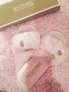 super cute slippers by michael kors Sac Moschino, Cute Shoes, Me Too Shoes, Fancy Shoes, Dressy Shoes, Shoe Boots, Shoes Heels, Pumas Shoes, High Heels