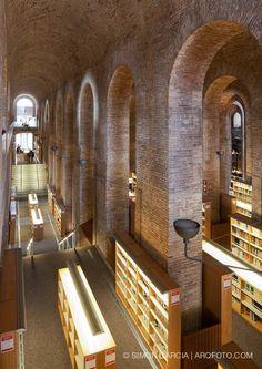 """Bibliotecas del Mundo """"Biblioteca Depósito de aguda"""" en Barcelona, España"""