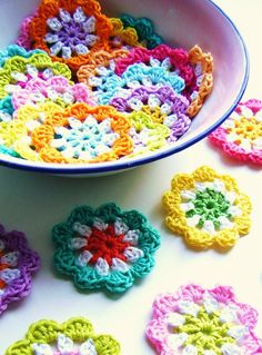 #DIY: #Crochet a mini flower #garland in bright colours... with pattern www.kidsdinge.com