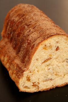 Langhopf - Brioche alsacienne aux éclats de noix, de noisettes, d'amandes et de raisins, enrobée de sucre à la cannelle.