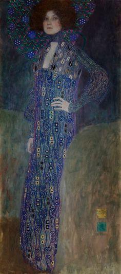 Muchos especialistas consideran que entre Gustav Klimt y Emilie Flöge, a la que pintó en este retrato, había algo más que una simple amistad, llegando incluso a hablar de amor libre.  En el cuadro Emilie aparece vestida con un elegante traje azul, adornado con formas típicamente modernistas, destacando su altura y esbeltez.