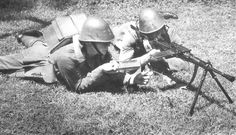Dutch KNIL soldiers with Breda light machine gun during Dutch Netherlands, Kingdom Of The Netherlands, Military Photos, Military History, Invasion Of Poland, Italian Army, Dutch East Indies, Man Of War, Ww2 Photos