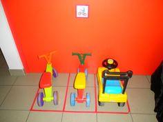 Fietsjes mooi parkeren in de peuterklas met gekleurde plaklint op de grond *liestr*