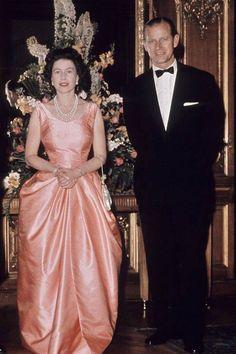 Elizabeth II: Style File June 1963 The Queen and the Duke of Edinburgh pictured in London. MoreJune 1963 The Queen and the Duke of Edinburgh pictured in London. Prinz Philip, Prinz Charles, Prinz William, Princess Elizabeth, Queen Elizabeth Ii, Die Queen, Queen Queen, Reine Victoria, Foto Real