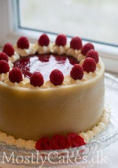 Lagkage med browniebund, hindbærmousse og hvid chokoladecreme