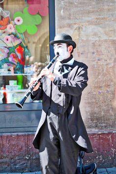 Ein Clown in den Straßen von Straßburg • Straßenkünstler • Straßenmusiker • In Straßburg gibt es immer unvorhergesehene Momente.   Zu allen Jahreszeiten hat Straßburg seinen Besuchern und Touristen viel zu bieten. Selbst im Herbst, eine melancholische Wanderung entlang dem Illufer hat was.