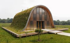 La Maison-vague (Wave House) with Meadow Grass Roof by Patrick Nadeau Sustainable Architecture, Sustainable Design, Architecture Design, Architecture Organique, Living Roofs, Unique House Design, Underground Homes, Unusual Homes, Modern House Plans