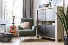 Bergkast Multiplus, met deuren in antraciet en fauteuil Roskilde in groen leder.