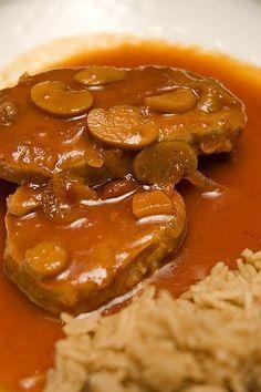 Au départ cette recette est vouée aux côtes levées. Je l'ai prise Au palais gourmand chez Isabelle, une vraie accro aux côtes levées. La... Pork Recipes, Cooking Recipes, Healthy Recipes, Healthy Food, How To Cook Beef, My Best Recipe, Pork Chops, Food To Make, Crockpot