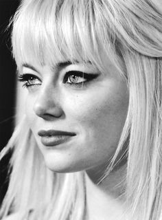 Emma Stone with platinum blonde hair and winged eyeliner! Blonde Pony, Blonde Bangs, Hair Bangs, Hairstyles With Bangs, Pretty Hairstyles, Wedding Hairstyles, Updo Hairstyle, Emma Stone Hair, Emma Stone Bangs