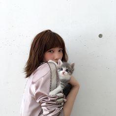 10月号「翼とねこ。」からオフショット♡ この日がデビューの子猫さん、ばっさーにしがみついてます  #ねこ #最初は緊張してたけど慣れたらヤンチャに…
