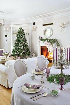 Salon - Biel salonu przełamuje delikatna lawenda. Kanapy - IKEA. Stolik, fotel, stół i krzesła - Decolor.  salon, biel, lawenda, styl francuski, choinka, kominek