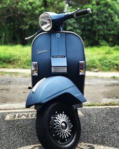 No photo description available. Classic Vespa, Classic Bikes, Piaggio Vespa, Vespa Scooters, Triumph Motorcycles, Lml Vespa, Vespa Px 200, Chopper, Vespa Vintage