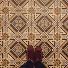 Remercier les concierges et leur ménage de printemps #lecarrelagedepaule #ihavethisthingwithfloors #tileaddiction #floorsthatilove #chaoqueeupiso #tiles #explore #fromwhereistand #paris #seemyparis #fujifilmx30 #fujix30 by paule_henriette