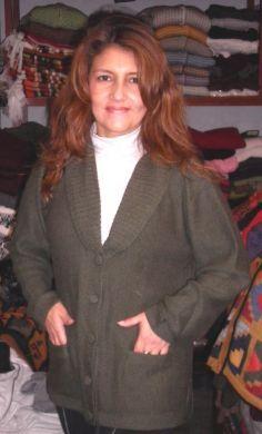 Olive farbene #Damen #Strickjacke aus #Alpakawolle In allen Größen lieferbar. Die Jacke ist aus samtweicher Alpakawolle gefertigt. Eine wunderschön elegantes Modell aus den besten Materialien.  Die Alpakawolle, zählt zu den kostbarsten Wollsorten weltweit. Ein Hochgenuss wenn Sie edle Stoffe und Materialien lieben.