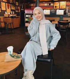 Oversized parka jackets and cardigan hijab looks - Muslim Fashion Modern Hijab Fashion, Street Hijab Fashion, Hijab Fashion Inspiration, Muslim Fashion, Modest Fashion, Hijab Casual, Hijab Chic, Hijab Outfit, Mode Outfits
