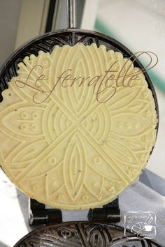 Ferratelle abbruzzesi, versione croccante  500 g flour 200 g sugar 150 g olive oil Vanilla, lemon or anise extract