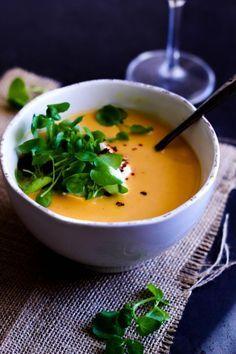 Nem græskarsuppe til efterår og vinter. Varm dig på lækker hokkaido græskarsuppe med chili og spidskommen. Find opskrift på suppe her.