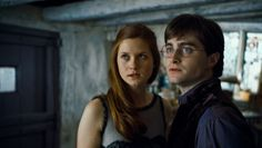 Ginny Wealey (Bonnie Wright) and Harry Potter (Daniel Radcliffe) in Harry Potter and the Deathly Hallows: Part 1 Harry Et Ginny, Gina Harry Potter, Harry Potter Ginny Weasley, Gina Weasley, Dobby Harry, Hermione Granger, Bonnie Wright, Daniel Radcliffe, Harry Potter Cinema