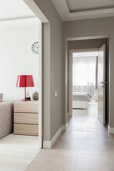 Коридор в светлых тонах с раздвижными дверями: фото