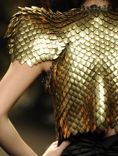 "Alexandre Vauthier Very haute couture top of gold ""scales."" Looks VERY uncomfortable and heavy to wear, but it looks really badass/cool. It reminds me of a mermaid's tail or a hawk's wing(? Alexandre Mcqueen, Alexandre Vauthier, Carapace, Golden Life, Fashion Details, Fashion Design, Glamour, Diy Schmuck, Mode Style"