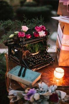 Beautiful display for a vintage typewriter~❥