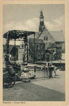 de brug naar het schanseiland met op de achtergrond de grote Hervormde Kerk.