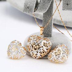Biżuteria serduszka. Wizerunek serca na kolczykach i zawieszce