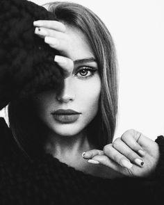 Studio Portrait Photography, Portrait Photography Poses, Photography Poses Women, Portrait Poses, Photography Editing, Best Photo Poses, Girl Photo Poses, Foto Canon, Creative Portraits