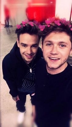 Cute bear💜 (liam's necklace) One Direction Room, One Direction Pictures, Liam James, James Horan, Wholesome Memes, Celebs, Celebrities, Liam Payne, Niall Horan