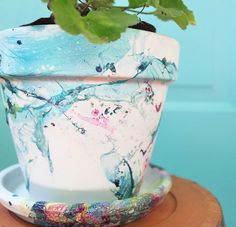 DIY marbled flower pot - Gina Michele Nail polished terra cotta pots: put water in plastic bag, add nail polish and swirl a painted pot in the water. To add color, let the pot dry first and repeat. Painted Clay Pots, Painted Flower Pots, Decorated Flower Pots, Flower Pot Crafts, Clay Pot Crafts, Diy Marble, Marble Crafts, Plastic Texture, Decor Crafts