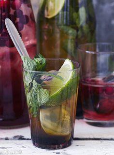 Lime-minttujuoma sopii nautittavaksi sellaisenaan tai sitä voi terästää vodkalla tai rommilla. Keitä siirappia isompi satsi ja tarjoa kesäboolina.