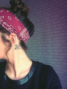 petit tatouage femme, derrière oreille, une rose aux contours noirs, bandeau de tête, cheveux chatains