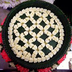 Mashwork of Crown flowers, a kind of decorative Thai floral pattern. (ตาข่ายดอกรักในพานเเหวนหมั้น) Flower Garlands, Flower Petals, Flower Decorations, Flower Art, Wedding Decorations, Indian Rangoli, Thailand Wedding, Floating Flowers, Mehendi