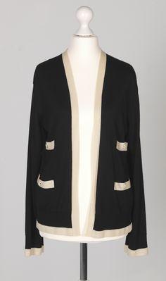 Chanel Auktion Lot 115: Chanel Weste aus der Cruise Collection 2007, schwarzer Strickstoff, französische Größe 36 (entspricht der deutschen Größe 34), Länge Rücken 57 cm. Mehr Information auf der Website