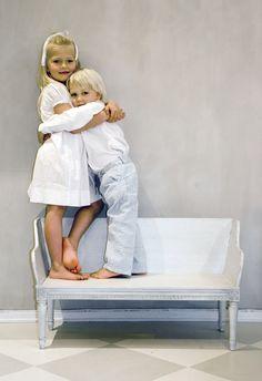 Trågsoffa för barn tillverkad en av Sveriges skickligaste bildhuggare.  Produktinfo samt fler bilder finns på: www.solgarden.se/vara-produkter/bankar-soffor/barntragsoffa