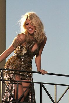 Pitbull Ft Shakira - Get It Started [Music Video] - Urban Islandz Shakira Hair, Shakira Music, Shakira Outfits, Shakira Mebarak, Beauty And Fashion, Hollywood Celebrities, Hollywood Actresses, Female Singers, Woman Crush