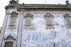 Painel de azulejos na fachada da Igreja do Carmo em Porto.